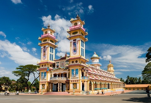 CU CHI TUNNELS AND TAY NINH CAO DAI TEMPLE