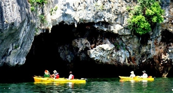 Kayaking activites in Ha Long Bay