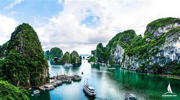 Visiting fishing float villages from halong bay